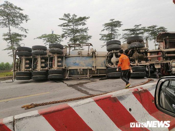 Xe tải lật chắn ngang đường 3 tiếng đồng hồ, đường lên sân bay Nội Bài ùn ứ Ảnh 2