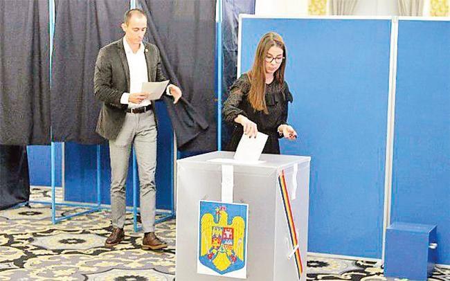 Ru-ma-ni bầu tổng thống vòng hai Ảnh 1