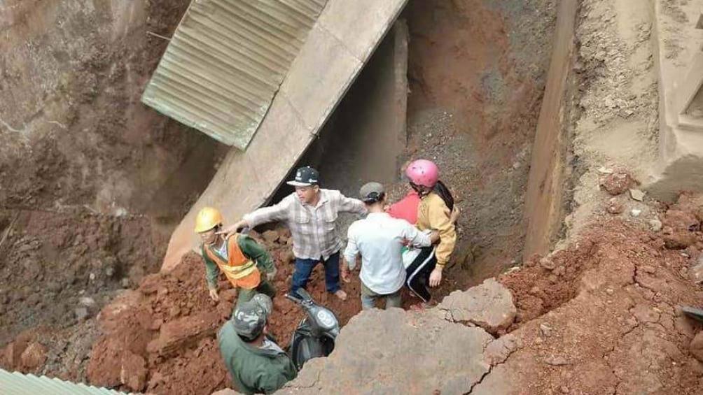 Sập mặt cầu tạm trên QL29, người và xe rơi xuống cầu Ảnh 1