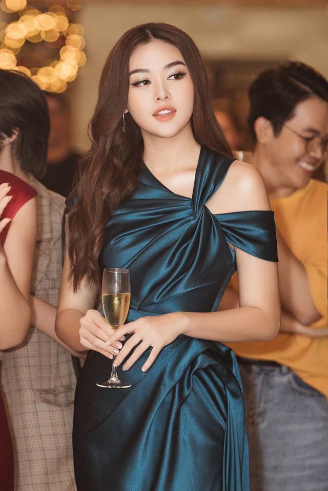 Á hậu Tường San, Kiều Loan đón Giáng sinh sớm với váy áo gam màu nóng bỏng Ảnh 2