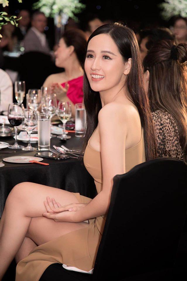 Á hậu Tường San, Kiều Loan đón Giáng sinh sớm với váy áo gam màu nóng bỏng Ảnh 10