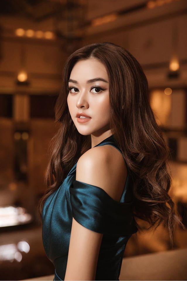 Á hậu Tường San, Kiều Loan đón Giáng sinh sớm với váy áo gam màu nóng bỏng Ảnh 3