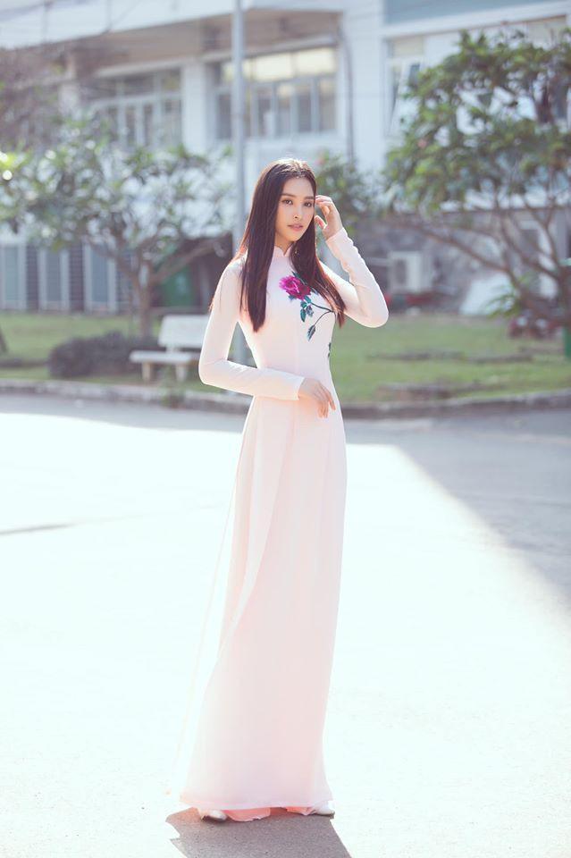 Á hậu Tường San, Kiều Loan đón Giáng sinh sớm với váy áo gam màu nóng bỏng Ảnh 13