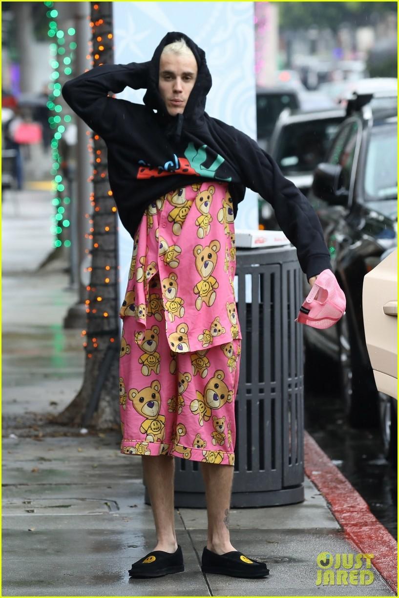 Justin Bieber khoe hình xăm mới, mặc đồ ngủ màu hồng đi dạo cùng vợ Ảnh 5