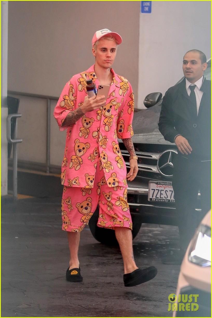 Justin Bieber khoe hình xăm mới, mặc đồ ngủ màu hồng đi dạo cùng vợ Ảnh 1