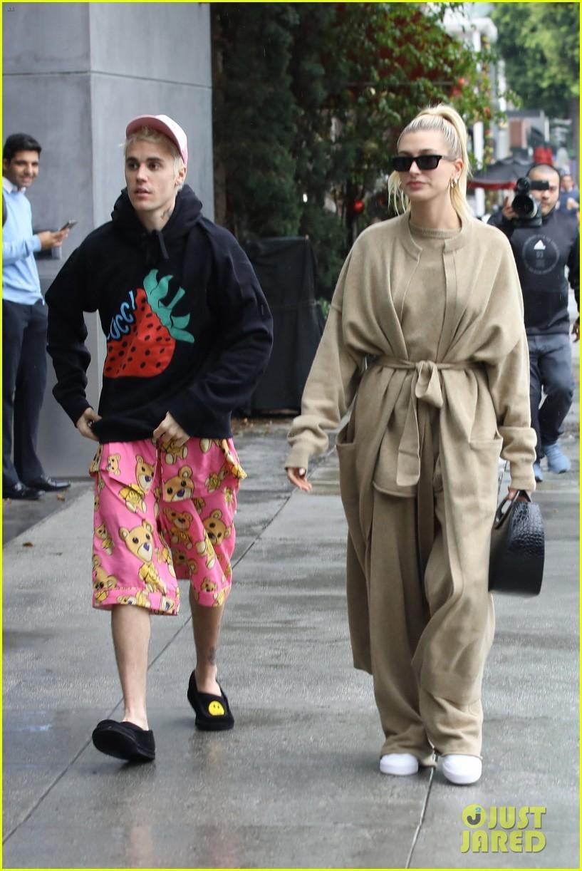 Justin Bieber khoe hình xăm mới, mặc đồ ngủ màu hồng đi dạo cùng vợ Ảnh 2