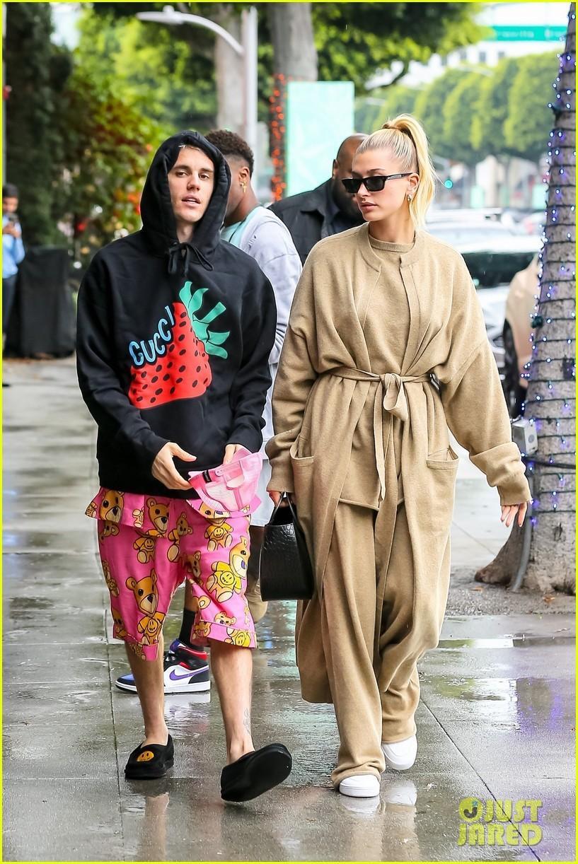 Justin Bieber khoe hình xăm mới, mặc đồ ngủ màu hồng đi dạo cùng vợ Ảnh 4