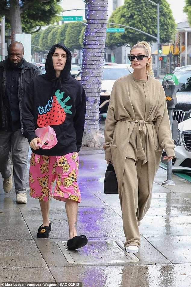 Justin Bieber khoe hình xăm mới, mặc đồ ngủ màu hồng đi dạo cùng vợ Ảnh 8