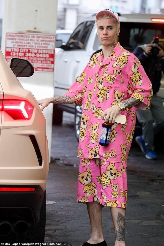 Justin Bieber khoe hình xăm mới, mặc đồ ngủ màu hồng đi dạo cùng vợ Ảnh 6