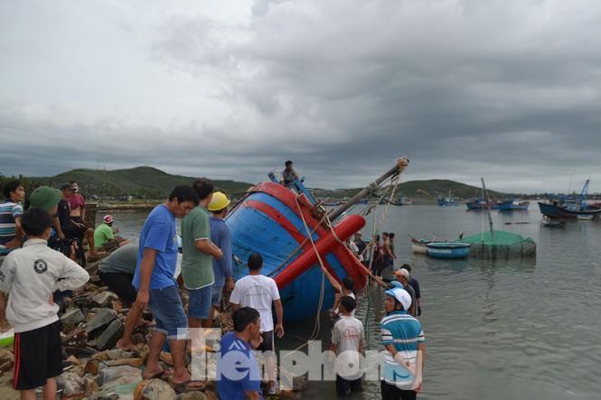 Tàu cá bị sóng đánh chìm trên biển Phú Yên, 2 người mất tích Ảnh 1