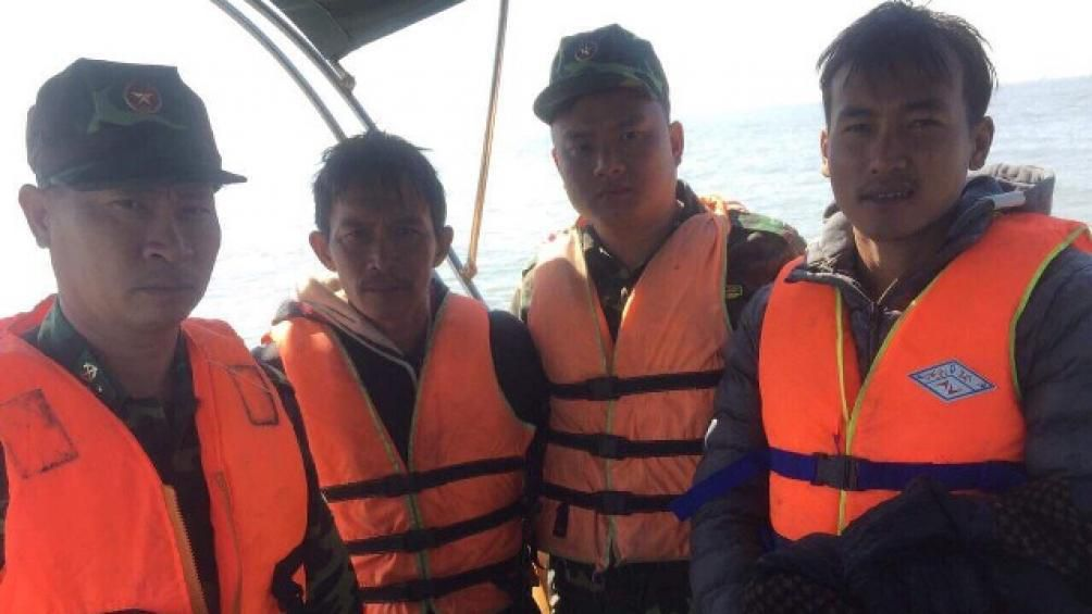 Vượt sóng gió, cứu thuyền viên trên tàu chìm tại cửa sông Văn Úc Ảnh 1