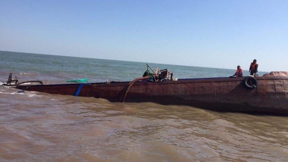 Vượt sóng gió, cứu thuyền viên trên tàu chìm tại cửa sông Văn Úc Ảnh 2