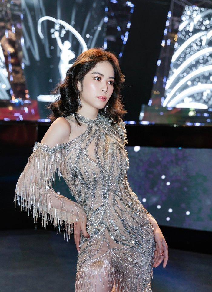 'Lầy' như Nam Anh - Nam Em, tái hiện khoảnh khắc Hoa hậu đăng quang khiến fan thích thú Ảnh 2