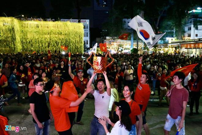 Biển người mừng chiến thắng giữa khuya, Hà Nội, TP.HCM tê liệt Ảnh 5
