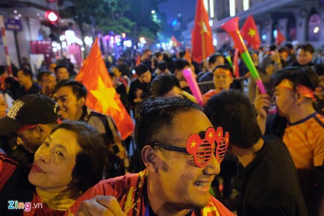 Biển người mừng chiến thắng giữa khuya, Hà Nội, TP.HCM tê liệt Ảnh 64