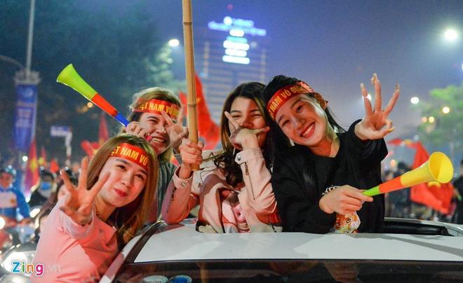 Biển người mừng chiến thắng giữa khuya, Hà Nội, TP.HCM tê liệt Ảnh 53