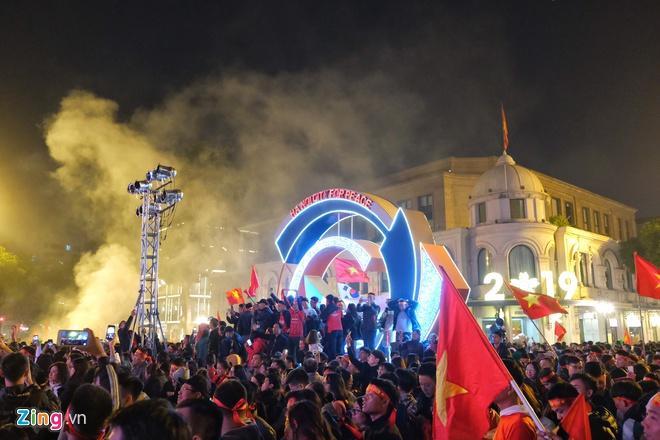 Biển người mừng chiến thắng giữa khuya, Hà Nội, TP.HCM tê liệt Ảnh 22
