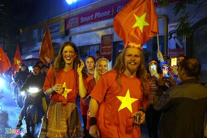 Biển người mừng chiến thắng giữa khuya, Hà Nội, TP.HCM tê liệt Ảnh 62