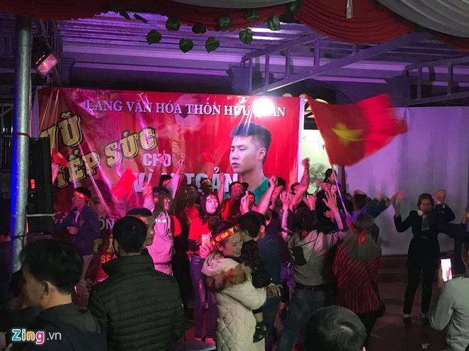Biển người mừng chiến thắng giữa khuya, Hà Nội, TP.HCM tê liệt Ảnh 9