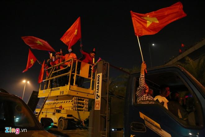 Biển người mừng chiến thắng giữa khuya, Hà Nội, TP.HCM tê liệt Ảnh 65