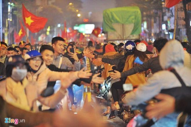 Biển người mừng chiến thắng giữa khuya, Hà Nội, TP.HCM tê liệt Ảnh 79