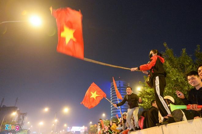 Biển người mừng chiến thắng giữa khuya, Hà Nội, TP.HCM tê liệt Ảnh 54