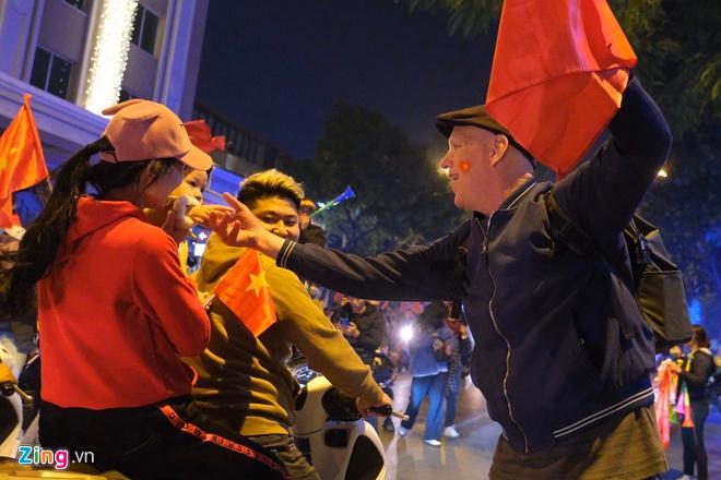 Biển người mừng chiến thắng giữa khuya, Hà Nội, TP.HCM tê liệt Ảnh 63