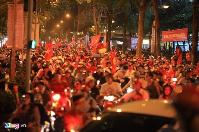 Biển người mừng chiến thắng giữa khuya, Hà Nội, TP.HCM tê liệt Ảnh 69
