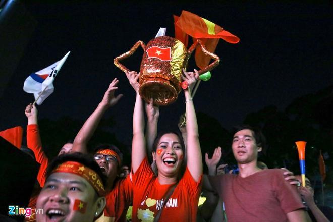 Biển người mừng chiến thắng giữa khuya, Hà Nội, TP.HCM tê liệt Ảnh 4