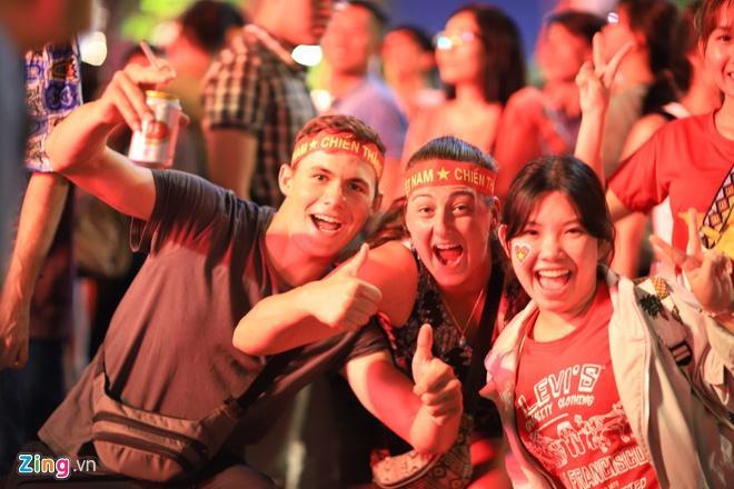 Biển người mừng chiến thắng giữa khuya, Hà Nội, TP.HCM tê liệt Ảnh 33