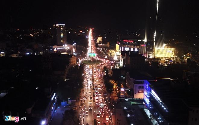 Biển người mừng chiến thắng giữa khuya, Hà Nội, TP.HCM tê liệt Ảnh 47