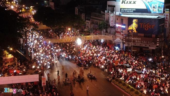 Biển người mừng chiến thắng giữa khuya, Hà Nội, TP.HCM tê liệt Ảnh 29