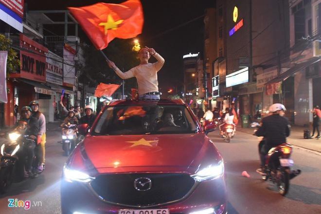 Biển người mừng chiến thắng giữa khuya, Hà Nội, TP.HCM tê liệt Ảnh 52