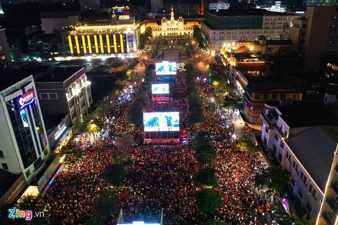 Biển người mừng chiến thắng giữa khuya, Hà Nội, TP.HCM tê liệt Ảnh 6
