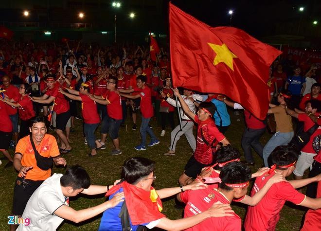 Biển người mừng chiến thắng giữa khuya, Hà Nội, TP.HCM tê liệt Ảnh 14
