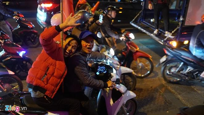 Biển người mừng chiến thắng giữa khuya, Hà Nội, TP.HCM tê liệt Ảnh 72