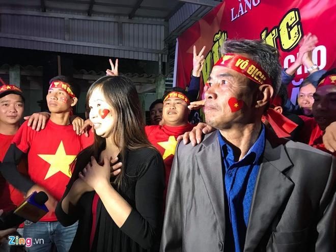 Biển người mừng chiến thắng giữa khuya, Hà Nội, TP.HCM tê liệt Ảnh 8