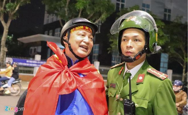 Biển người mừng chiến thắng giữa khuya, Hà Nội, TP.HCM tê liệt Ảnh 39