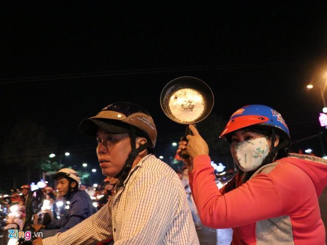 Biển người mừng chiến thắng giữa khuya, Hà Nội, TP.HCM tê liệt Ảnh 58