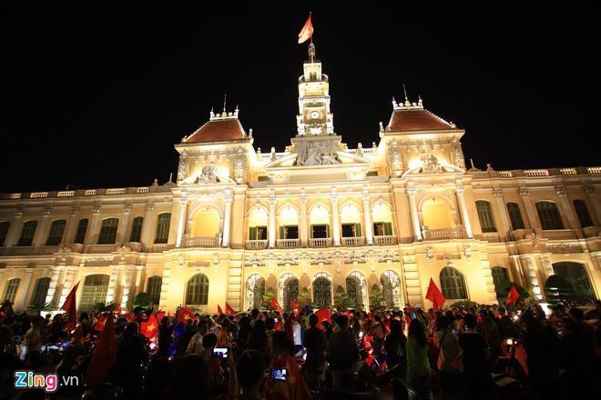 Biển người mừng chiến thắng giữa khuya, Hà Nội, TP.HCM tê liệt Ảnh 66