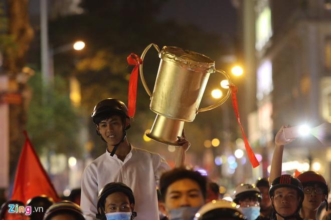 Biển người mừng chiến thắng giữa khuya, Hà Nội, TP.HCM tê liệt Ảnh 57