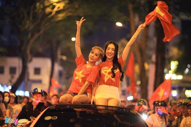 Biển người mừng chiến thắng giữa khuya, Hà Nội, TP.HCM tê liệt Ảnh 67