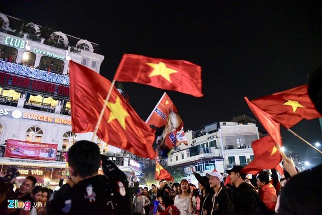 Biển người mừng chiến thắng giữa khuya, Hà Nội, TP.HCM tê liệt Ảnh 26
