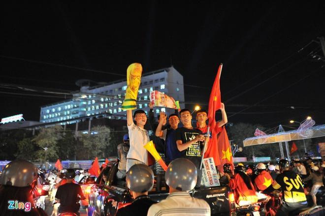Biển người mừng chiến thắng giữa khuya, Hà Nội, TP.HCM tê liệt Ảnh 50