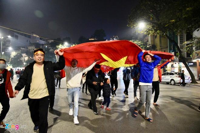 Biển người mừng chiến thắng giữa khuya, Hà Nội, TP.HCM tê liệt Ảnh 10