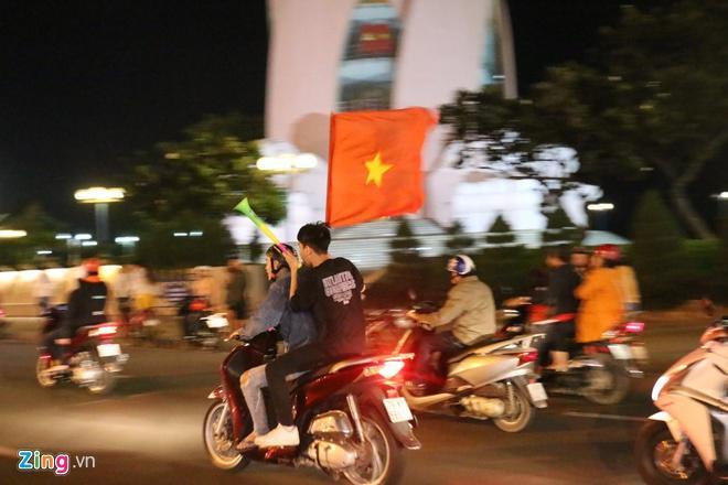 Biển người mừng chiến thắng giữa khuya, Hà Nội, TP.HCM tê liệt Ảnh 16