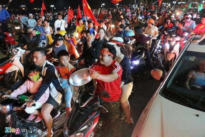 Biển người mừng chiến thắng giữa khuya, Hà Nội, TP.HCM tê liệt Ảnh 77