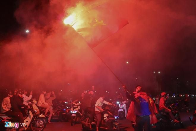 Biển người mừng chiến thắng giữa khuya, Hà Nội, TP.HCM tê liệt Ảnh 38