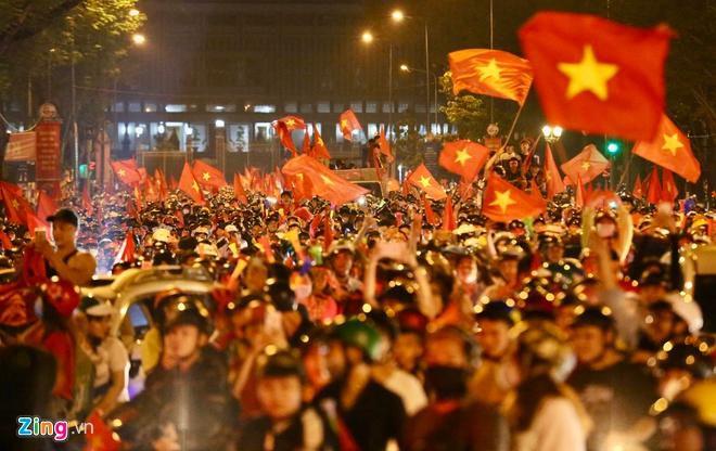Biển người mừng chiến thắng giữa khuya, Hà Nội, TP.HCM tê liệt Ảnh 42