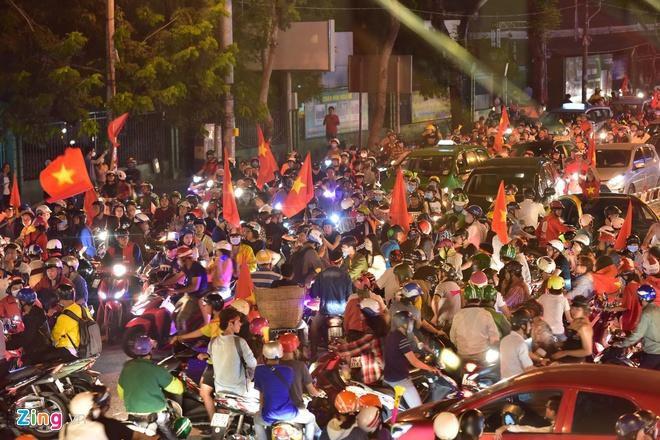 Biển người mừng chiến thắng giữa khuya, Hà Nội, TP.HCM tê liệt Ảnh 34